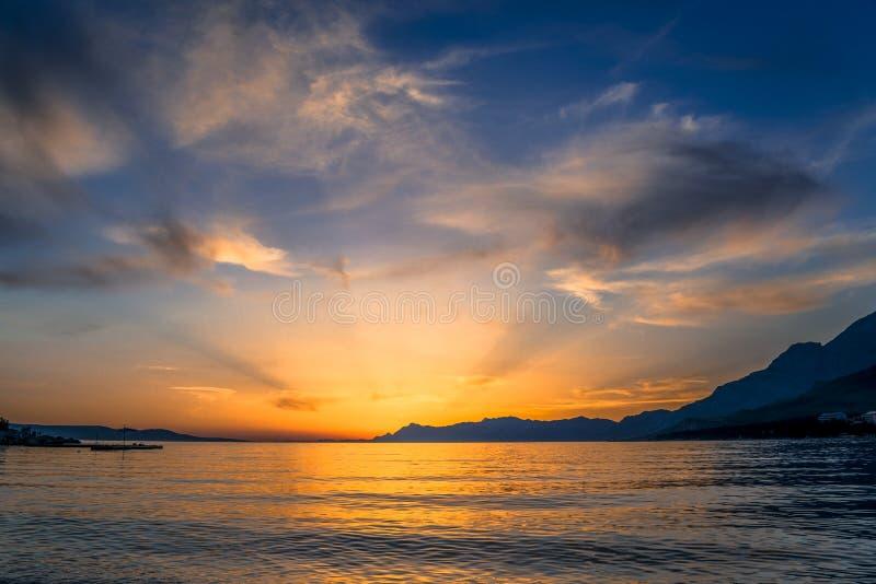 Zonsondergang over het Adriatische overzees, Makarska, Kroatië royalty-vrije stock afbeelding