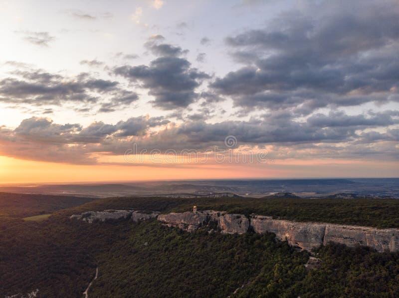 Zonsondergang over het bergklooster van de Krim royalty-vrije stock foto's