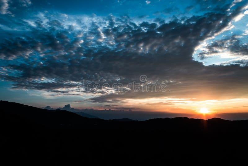 Zonsondergang over het Bergsilhouet royalty-vrije stock afbeelding