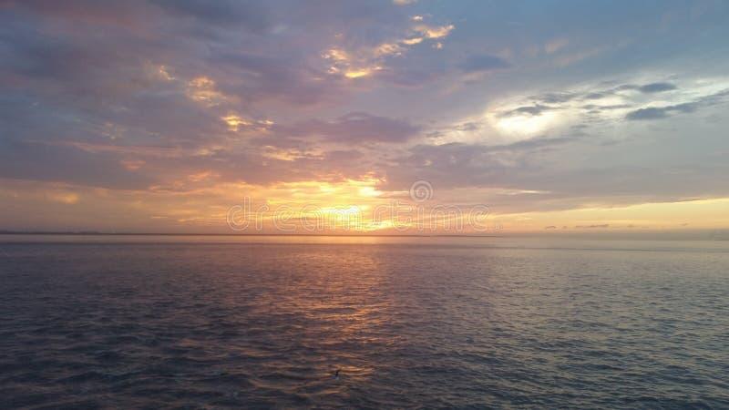 Zonsondergang over het Bolívarschiereiland stock foto's