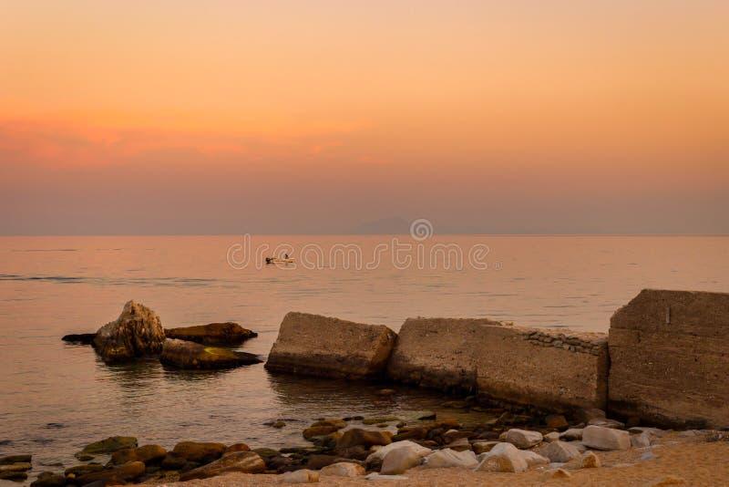 Zonsondergang over het Egeïsche overzees met mooie kleuren stock foto