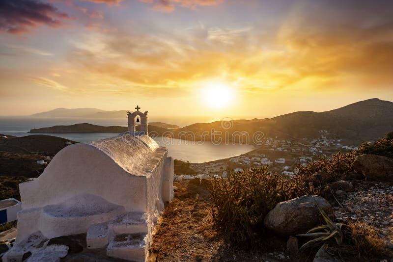 Zonsondergang over het Griekse eiland van Ios met een orthodoxe kerk vooraan op de Cycladen, Griekenland royalty-vrije stock afbeeldingen