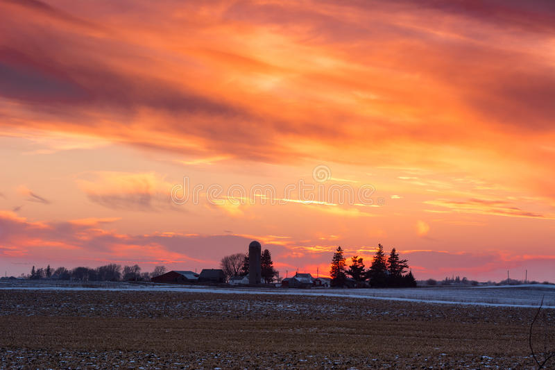 Zonsondergang over het Landbouwbedrijf royalty-vrije stock fotografie