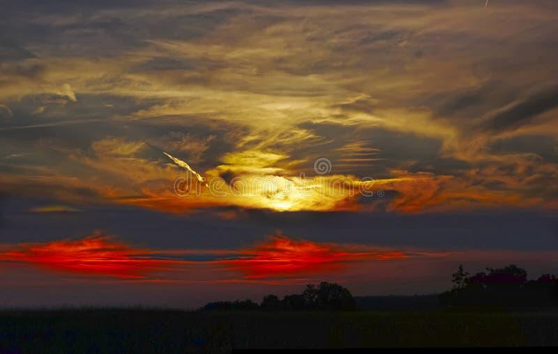 Zonsondergang over het landschap royalty-vrije stock foto's
