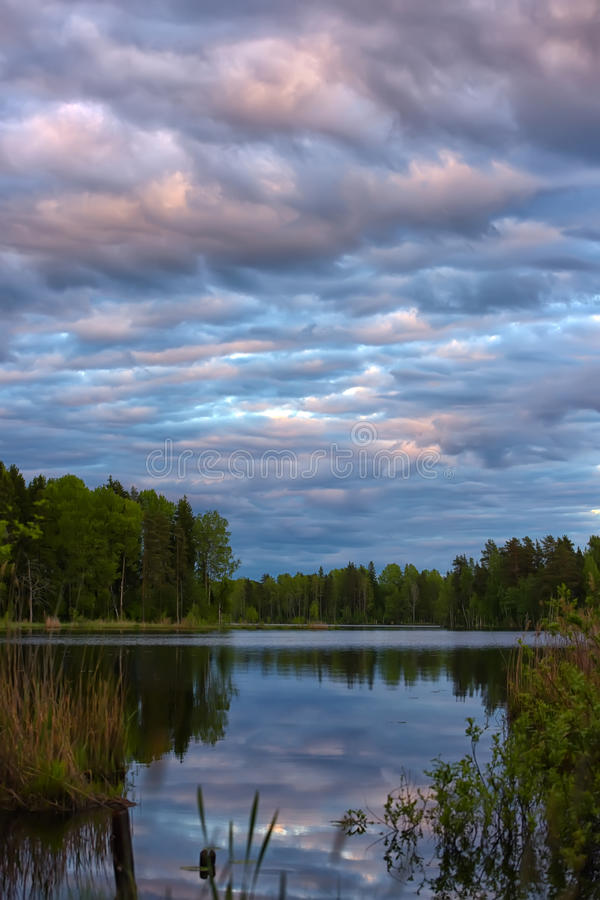 Zonsondergang over het meer royalty-vrije stock afbeelding