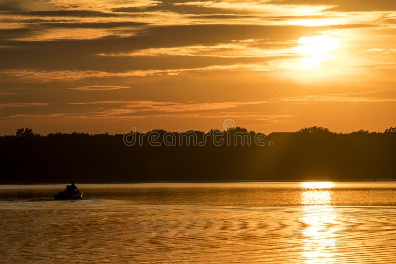 Zonsondergang over het meer stock fotografie