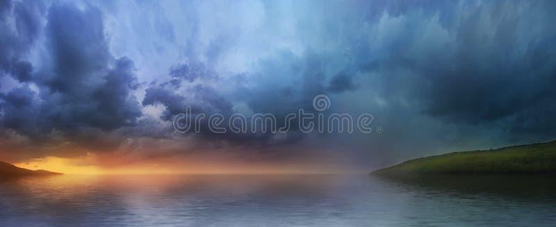Zonsondergang over het meer, een panorama stock foto