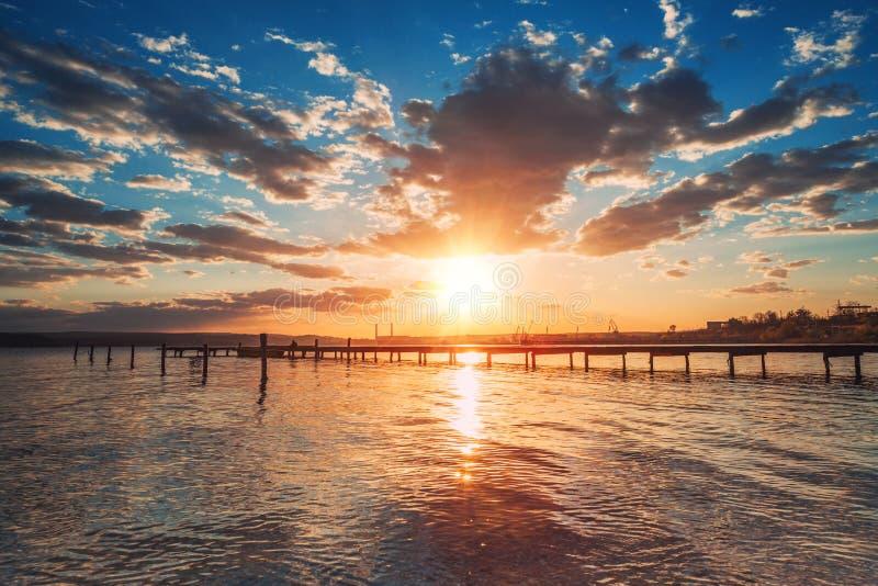 Zonsondergang over het meer en de gouden bezinning in het water, HDR-Beeld royalty-vrije stock fotografie