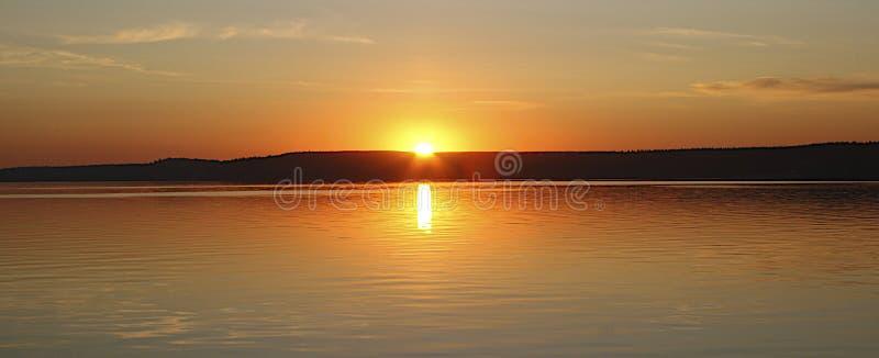 Zonsondergang over het meer in Rusland royalty-vrije stock foto