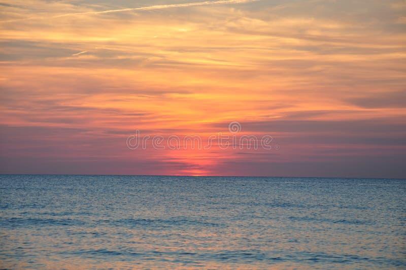 Zonsondergang over het overzees royalty-vrije stock foto