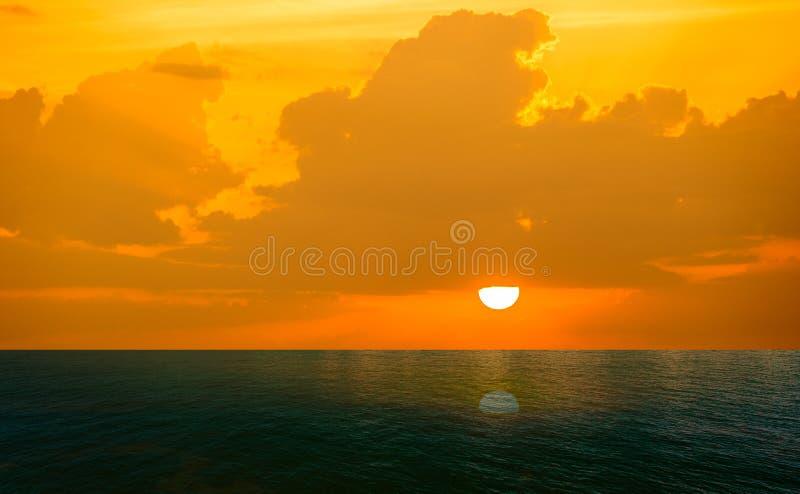 Zonsondergang over het overzees royalty-vrije stock afbeelding