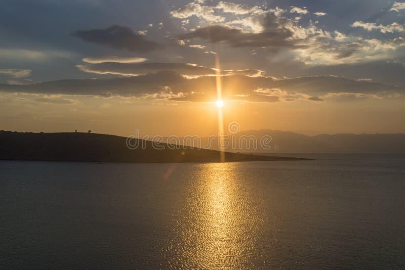 Zonsondergang over het overzees en de eilanden royalty-vrije stock afbeeldingen