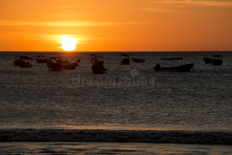 Zonsondergang over het overzees in San Juan del Sur, Nicaragua stock foto