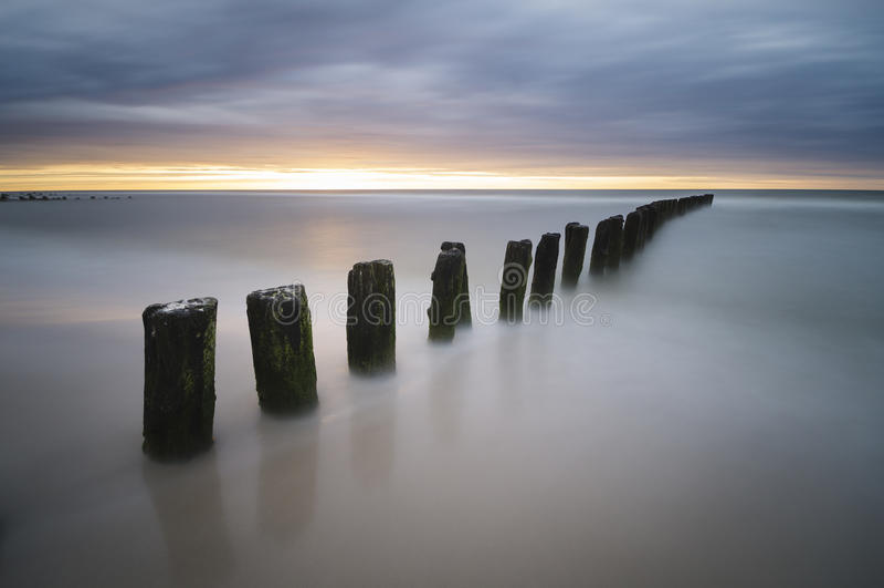 Zonsondergang over het overzeese strand stock afbeelding
