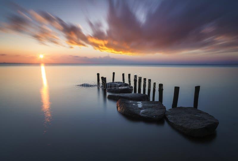 Zonsondergang over het overzeese strand royalty-vrije stock afbeelding