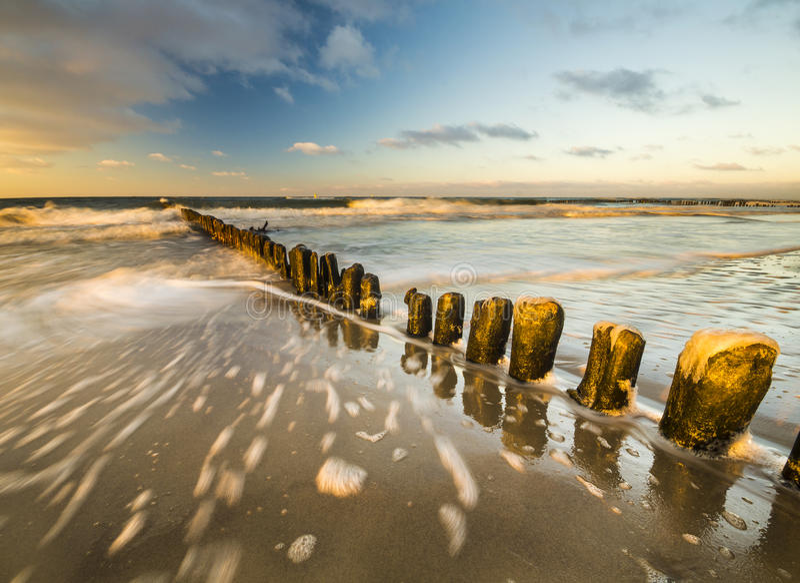 Zonsondergang over het overzeese strand royalty-vrije stock foto's