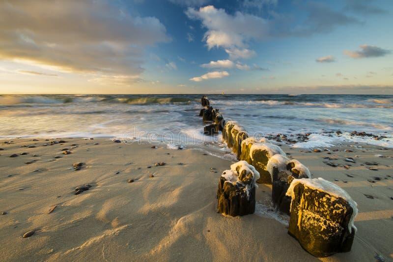 Zonsondergang over het overzeese strand stock fotografie
