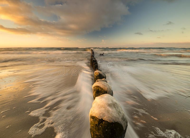 Zonsondergang over het overzeese strand stock afbeeldingen