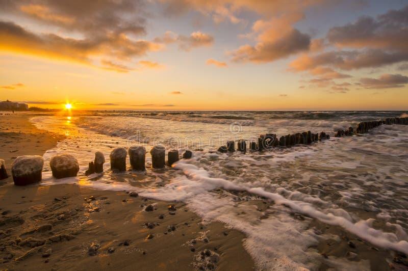 Zonsondergang over het overzeese strand royalty-vrije stock foto