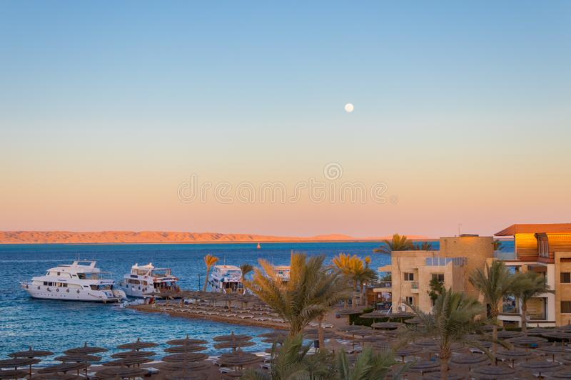 Zonsondergang over het rode overzees in Hurghada, Egypte stock foto