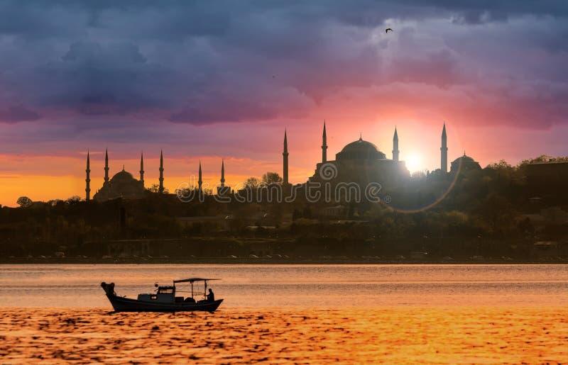 Zonsondergang over het Silhouet van Istanboel royalty-vrije stock foto