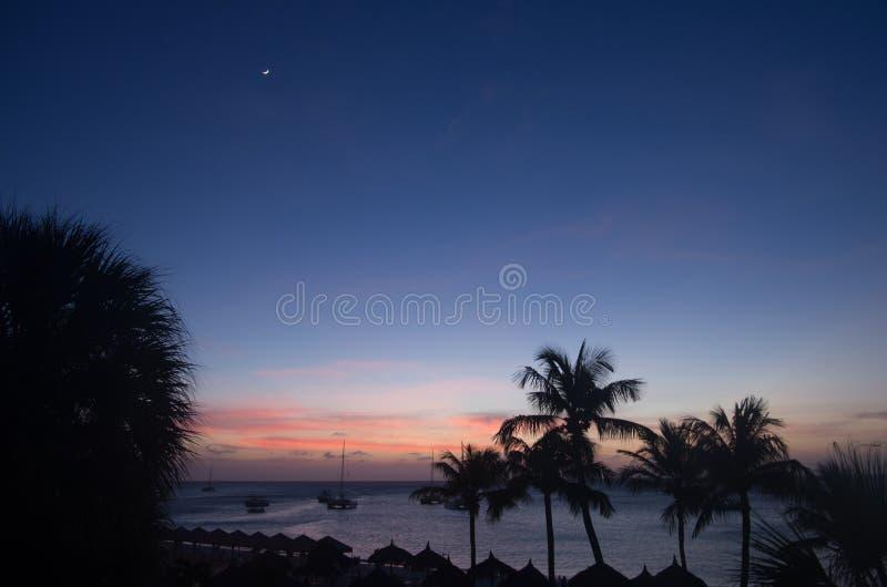 Zonsondergang over het strand in Aruba royalty-vrije stock afbeelding