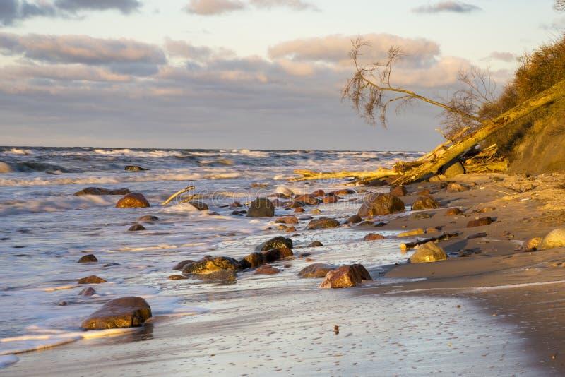 Zonsondergang over het strand en de klippen in het Nationale Park van Wolinski, Balt royalty-vrije stock afbeelding