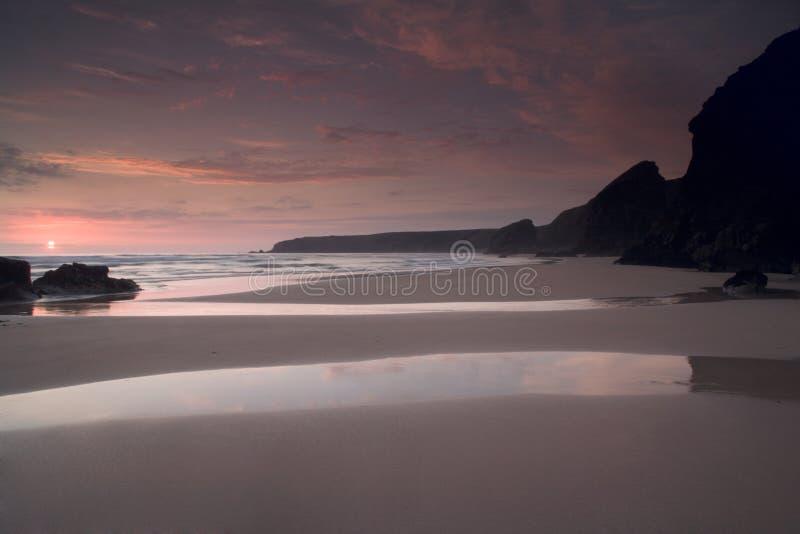 Zonsondergang over het strand Van Cornwall in het UK stock fotografie