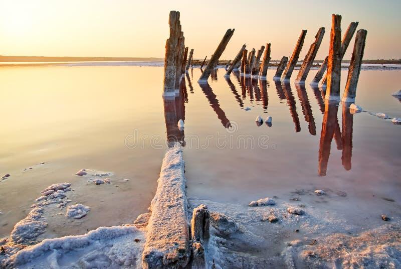Zonsondergang over het zoute meer. Alle voorwerpen in dit die meer met zout wordt behandeld. royalty-vrije stock fotografie