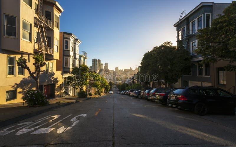 Zonsondergang over heuvelige wegen bij Telegraafheuvel, San Francisco, Californië, de Verenigde Staten van Amerika, de V.S. stock foto's