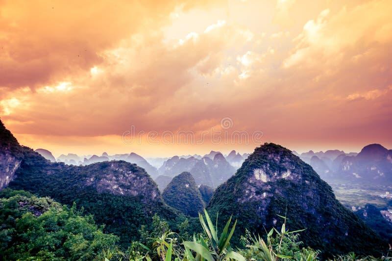 Zonsondergang over karst landschap door Yangshuo royalty-vrije stock foto's