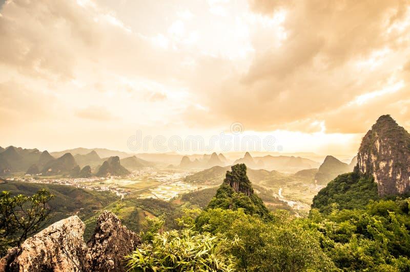 Zonsondergang over karst landschap van maanheuvel in yangshuo royalty-vrije stock afbeelding
