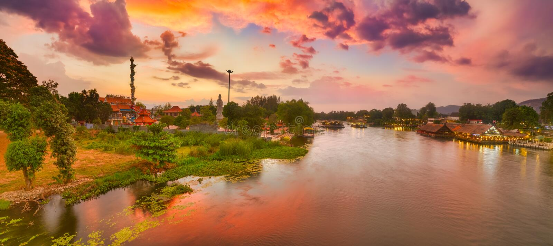 Zonsondergang over Kwai-rivier, Kanchanaburi, Thailand Panorama royalty-vrije stock foto's