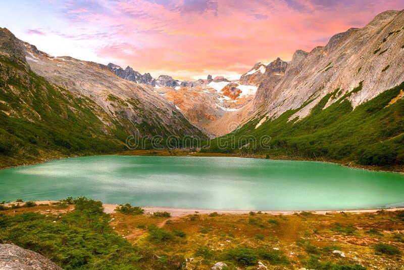 Zonsondergang over Laguna Esmeralda meer in Tierra del Fuego stock foto's