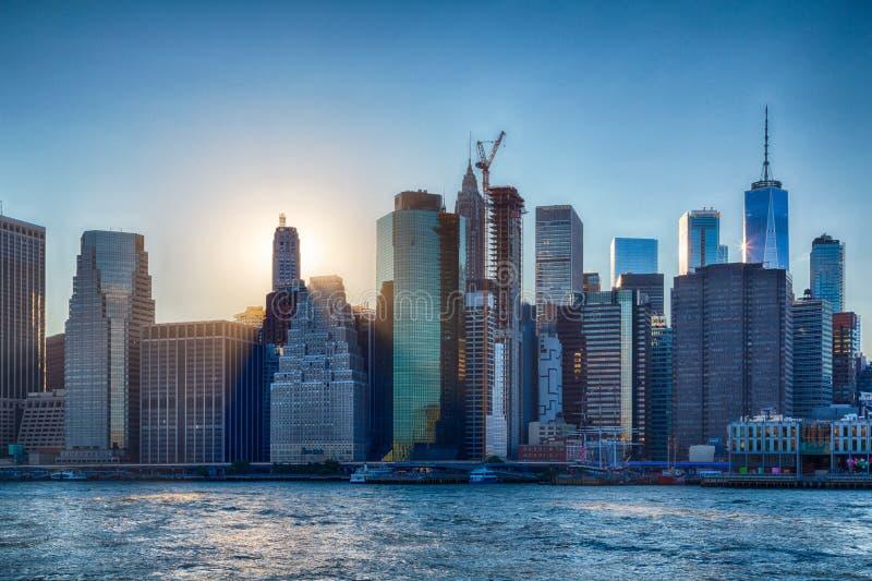 Zonsondergang over Manhattan - Weergeven van het park van Brooklyn stock foto