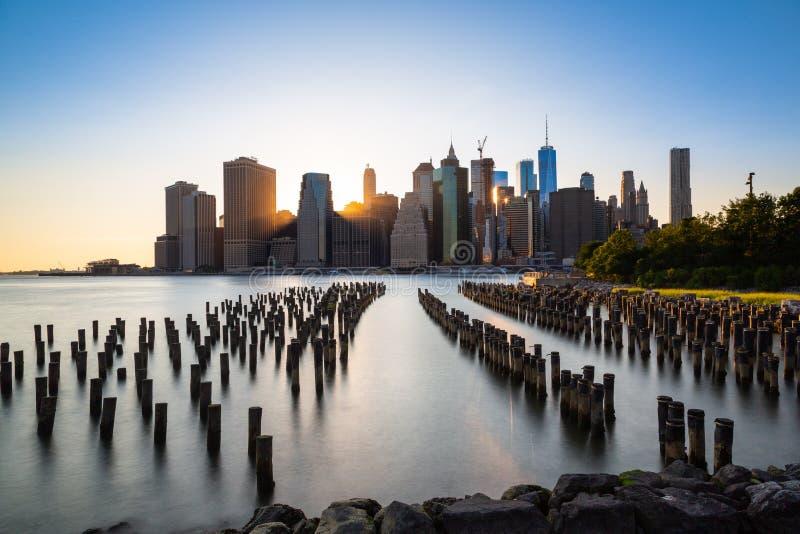 Zonsondergang over Manhattan - Weergeven van het park van Brooklyn stock foto's