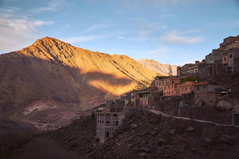 Zonsondergang over Marokkaans landelijk dorp in de bergen royalty-vrije stock fotografie