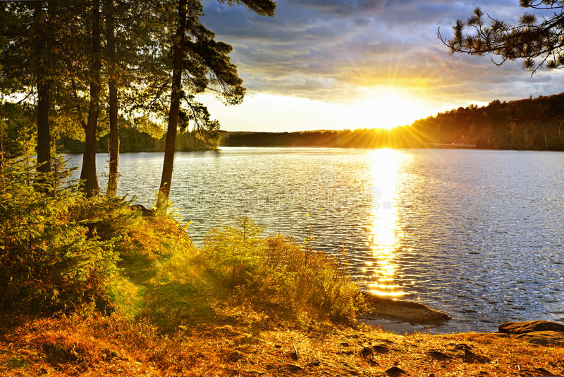 Zonsondergang over meer stock foto