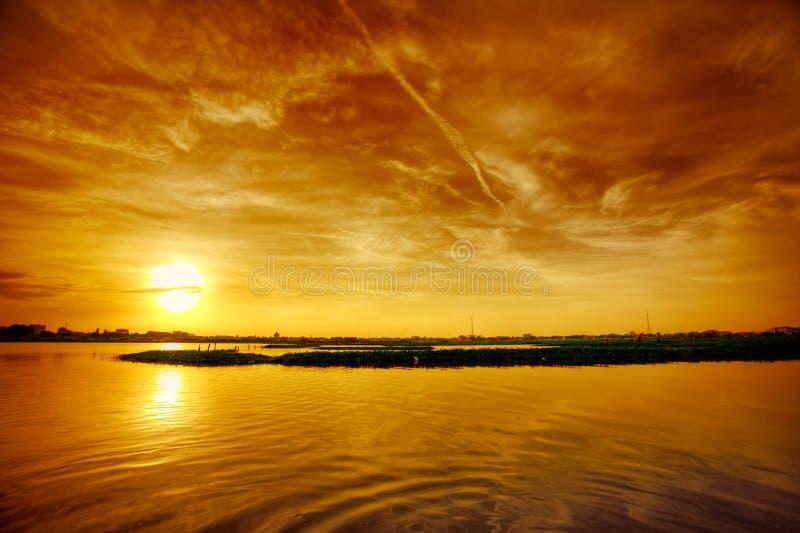 Zonsondergang over meer stock afbeelding