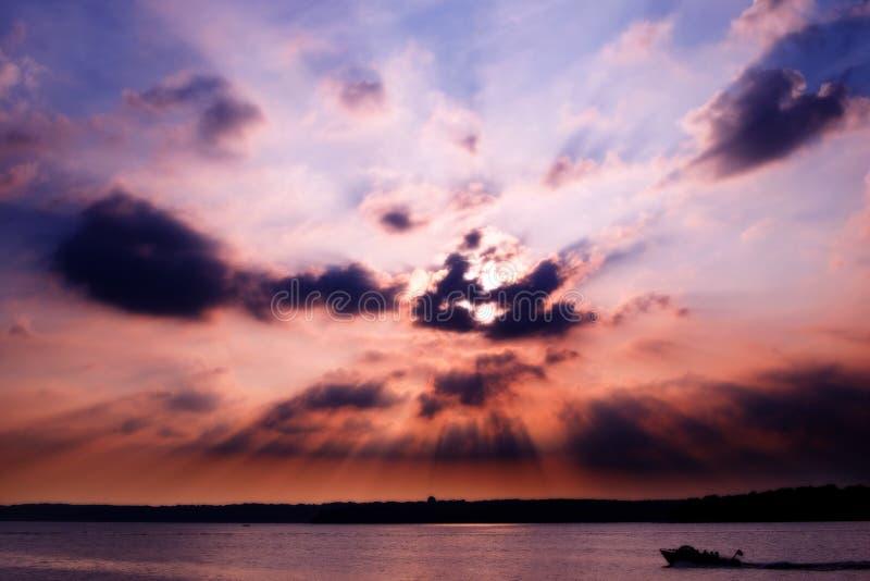 Zonsondergang over meer royalty-vrije stock afbeelding