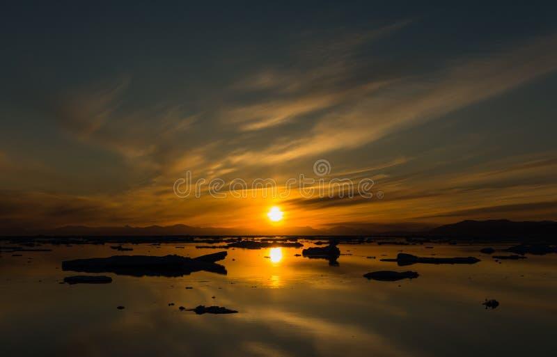 Zonsondergang over Myggbukta, Koning Christian X Land, Oost-Groenland royalty-vrije stock fotografie