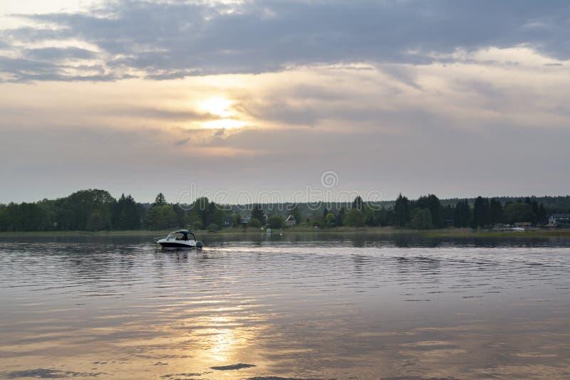 Zonsondergang over Narew-rivier royalty-vrije stock foto's