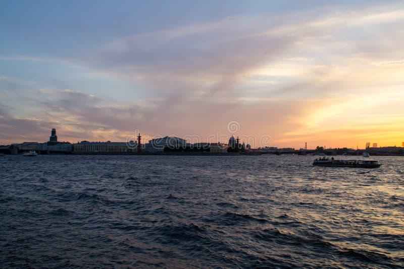 Zonsondergang over Neva stock foto's
