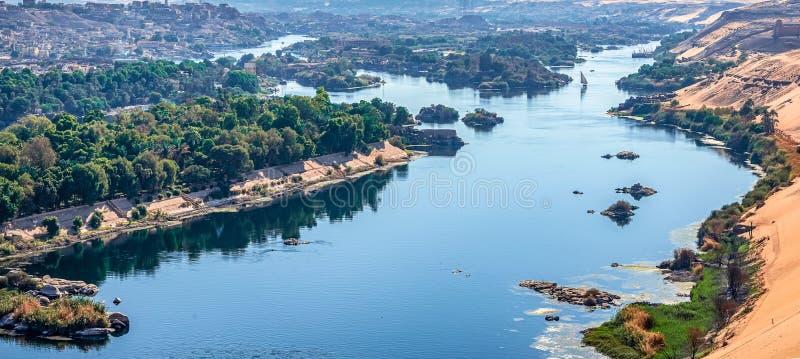 Zonsondergang over Nile River in de stad van Aswan royalty-vrije stock foto