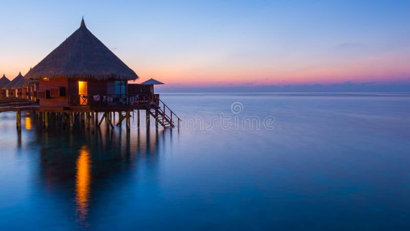 Zonsondergang over oceaan stock foto