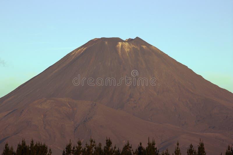 Zonsondergang over Onderstel Ngauruhoe stock foto