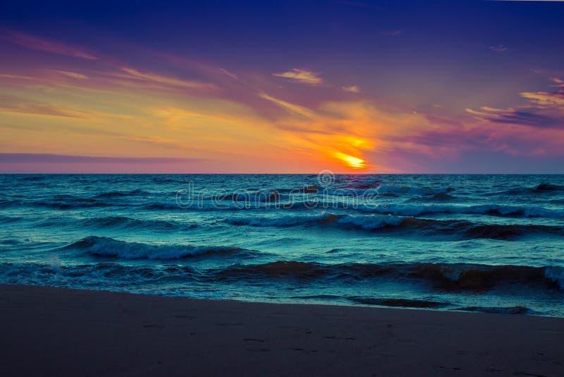Zonsondergang over overzees stock foto