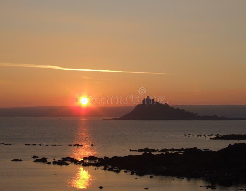 Zonsondergang over overzees in Cornwall stock foto's