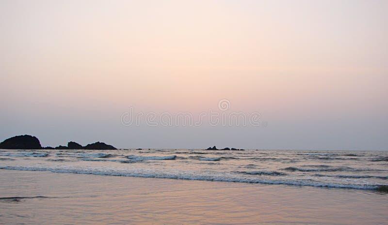 Zonsondergang over Overzees in Muzhappilangad aandrijving-in Strand, Kannur, Karala, India - Natuurlijke Achtergrond stock foto's