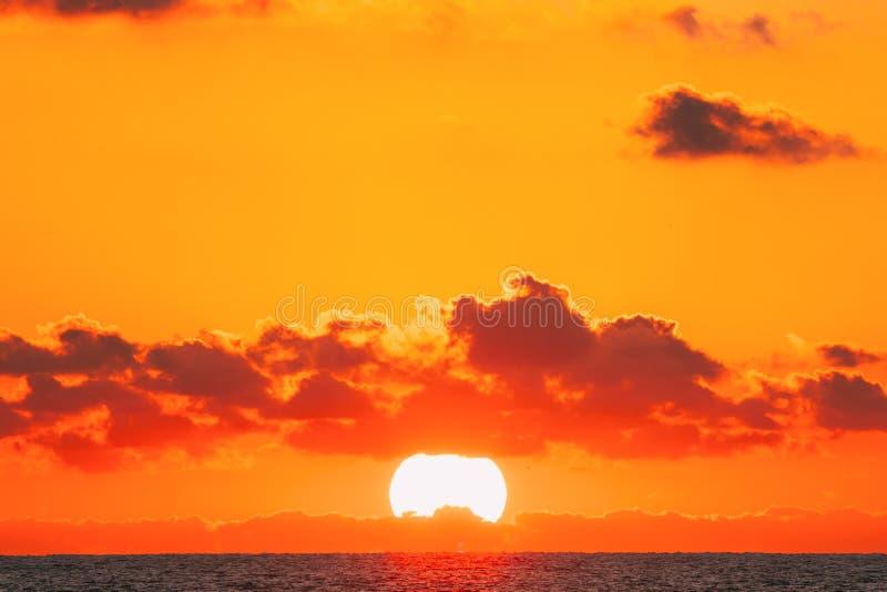 Zonsondergang over Overzeese Horizon bij Zonsondergang De natuurlijke Warme Kleuren van de Zonsopganghemel over Oceaan royalty-vrije stock foto
